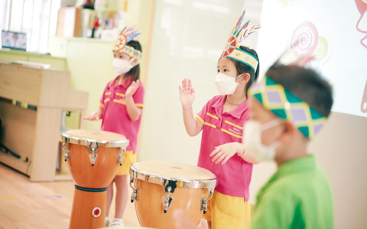 除了學術上的支援,學校同樣重視孩子的多元智能發展,透過大量不同的活動讓孩子大膽嘗試,如不同制服團隊、音樂班、拉丁舞班、武術班等。