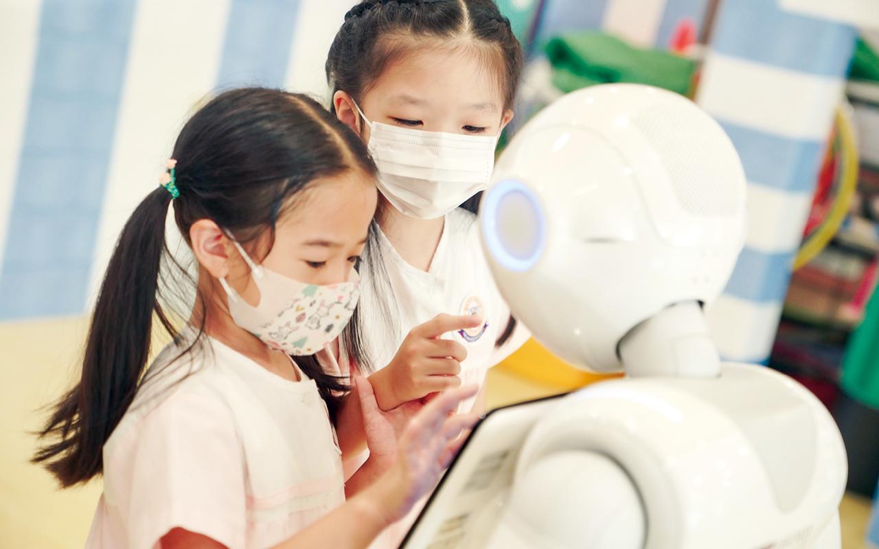 老師將課程內容編寫成遊戲程式,讓孩子透過與機械人互動,從遊戲中學習,達至積極自主和愉快學習的目標。