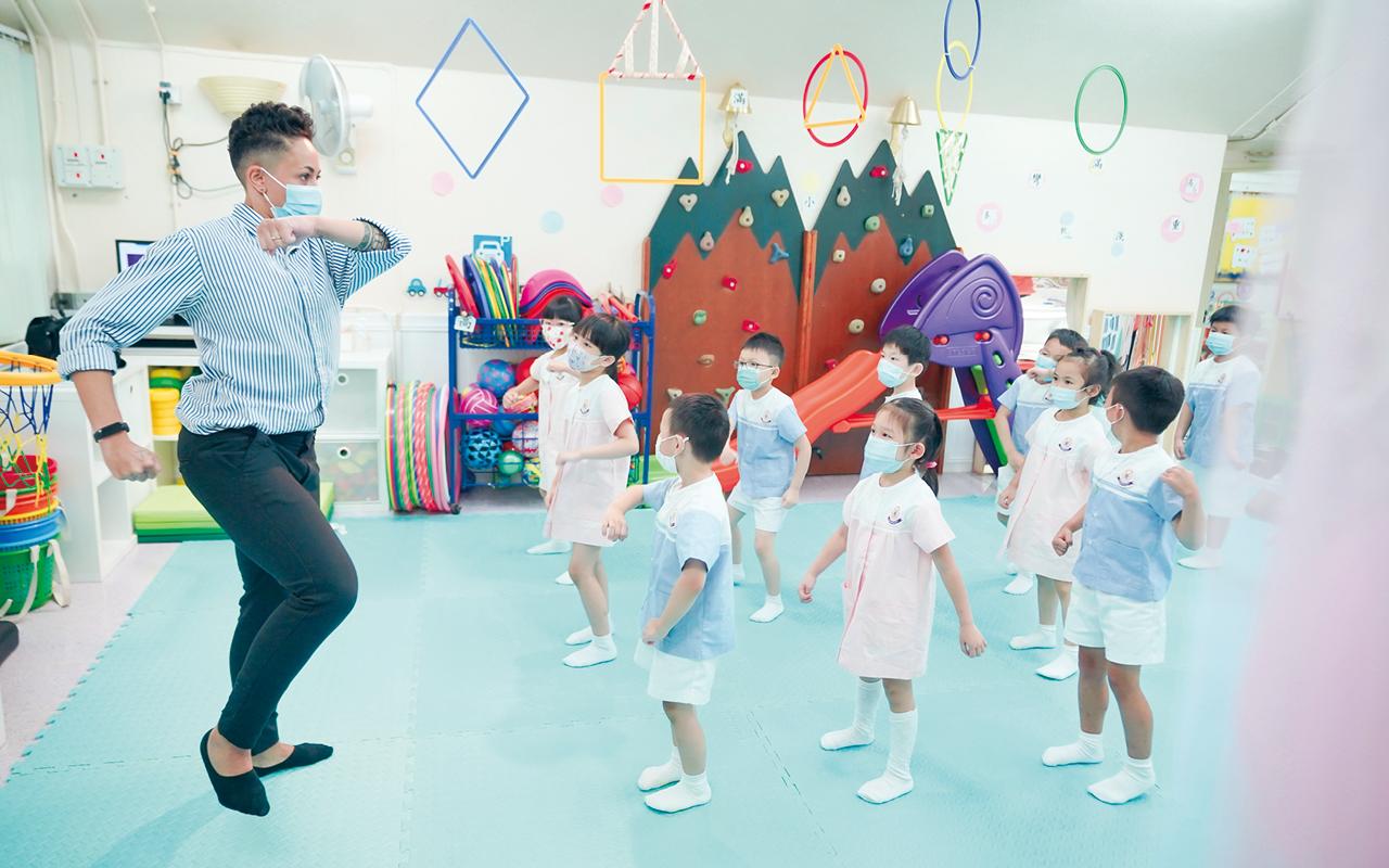 外籍老師會以英語帶領孩子唱兒歌,透過韻律節奏引起他們的興趣,當孩子模仿跟唱時,自然可以增強聽說能力,學習大量簡單詞彙。