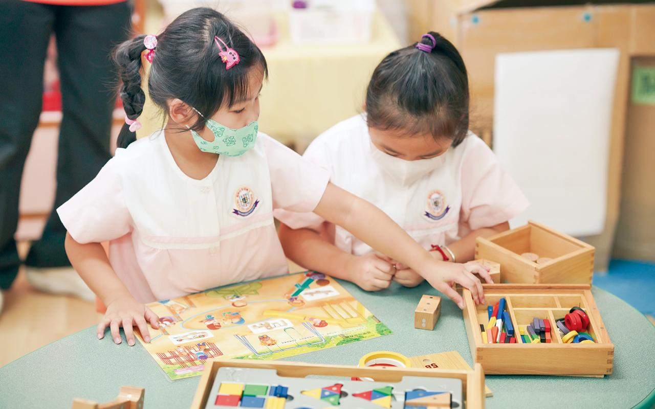 學校着重培養孩子的英語能力,以及數理範疇的邏輯思考,好使學生無縫接軌小學課程。