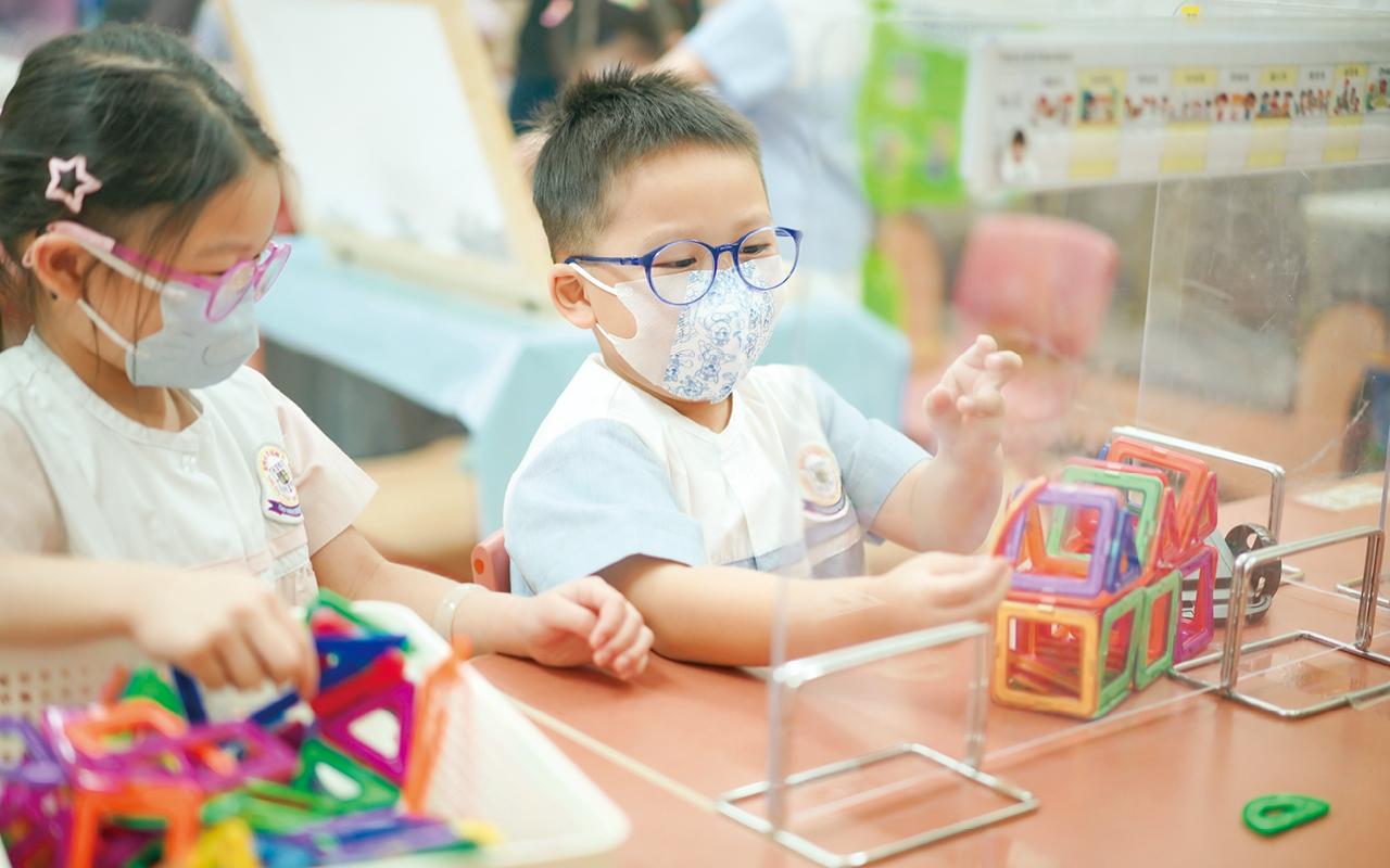 在2015年,學校作為香港首間引入兩套韓國得獎教具——韓國磁石積木(GABE)和韓國英才式數學邏輯策略性教具(ORDA)的幼稚園,衍生出不同程度及層次的玩法,適用所有K1至K3學生。