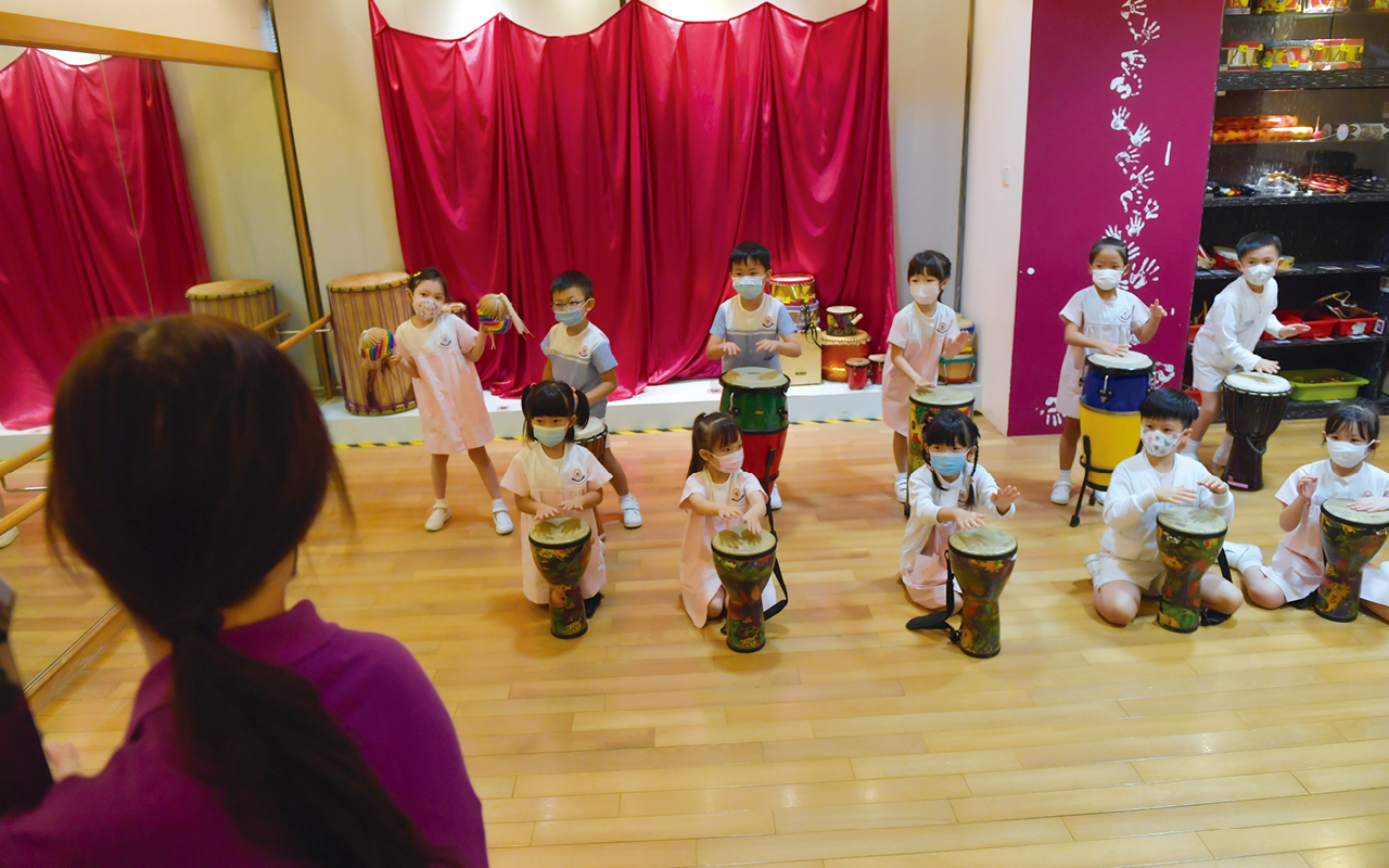 L.C.M.H.K.提出理念及特色乃源自學校英文名Lions Club of Metropolitan Hong Kong Kindergarten,喻意學生經過悉心的栽培和發掘學生潛能歷程,孕育·成就他們美好的人生。