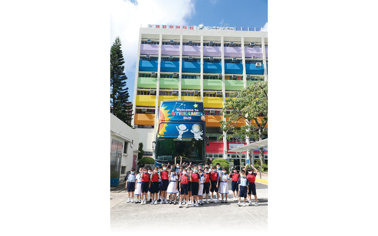 學校將退役巴士重新改裝成「STREAMER BUS」,上層為STEAM教室,讓學生透過車上改裝的設施及器材,有系統地進行STEAM學習;下層為流動圖書館,擺放不同類型的電子圖書。