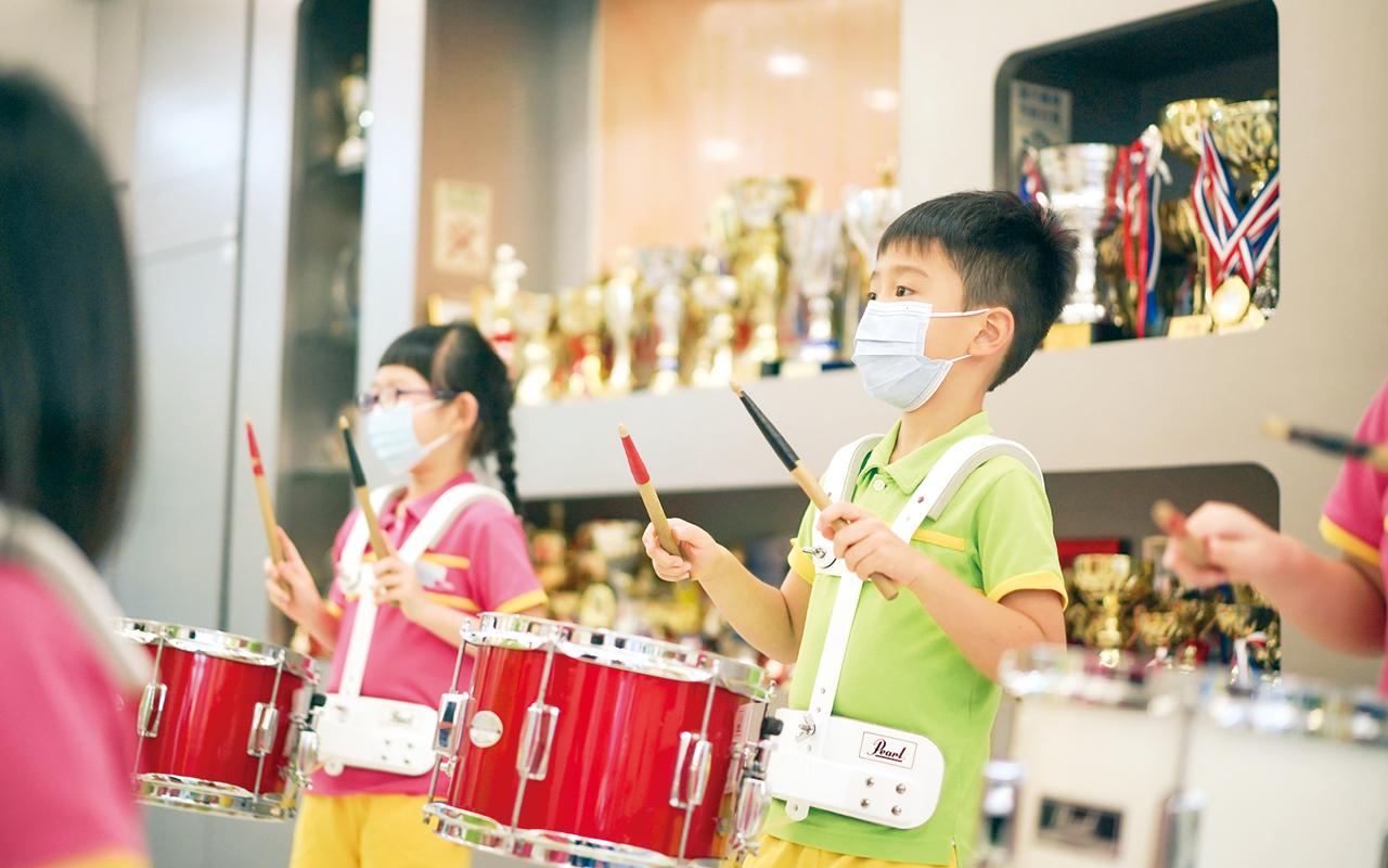 東華三院王胡麗明幼稚園非常關注學童情意的健康發展,以多元教材為配套,營造愉快學習環境,讓學童能夠自信、健康地成長。