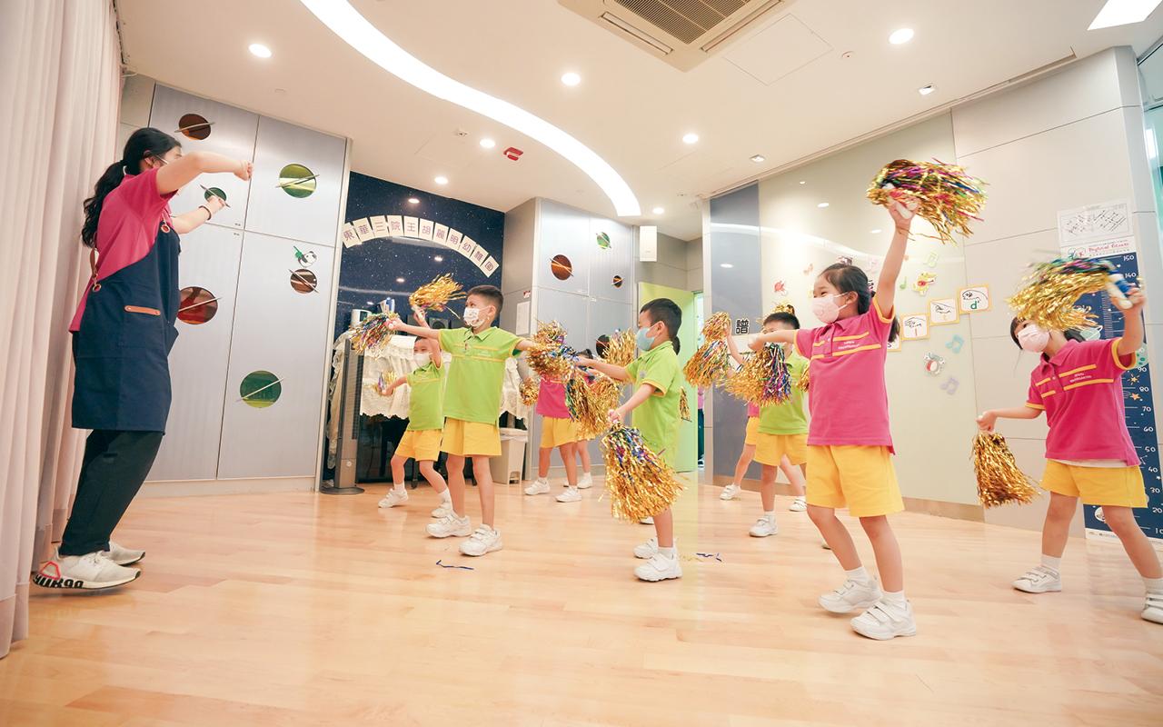 在英語方面,外籍老師會以多元化的學習活動授課。