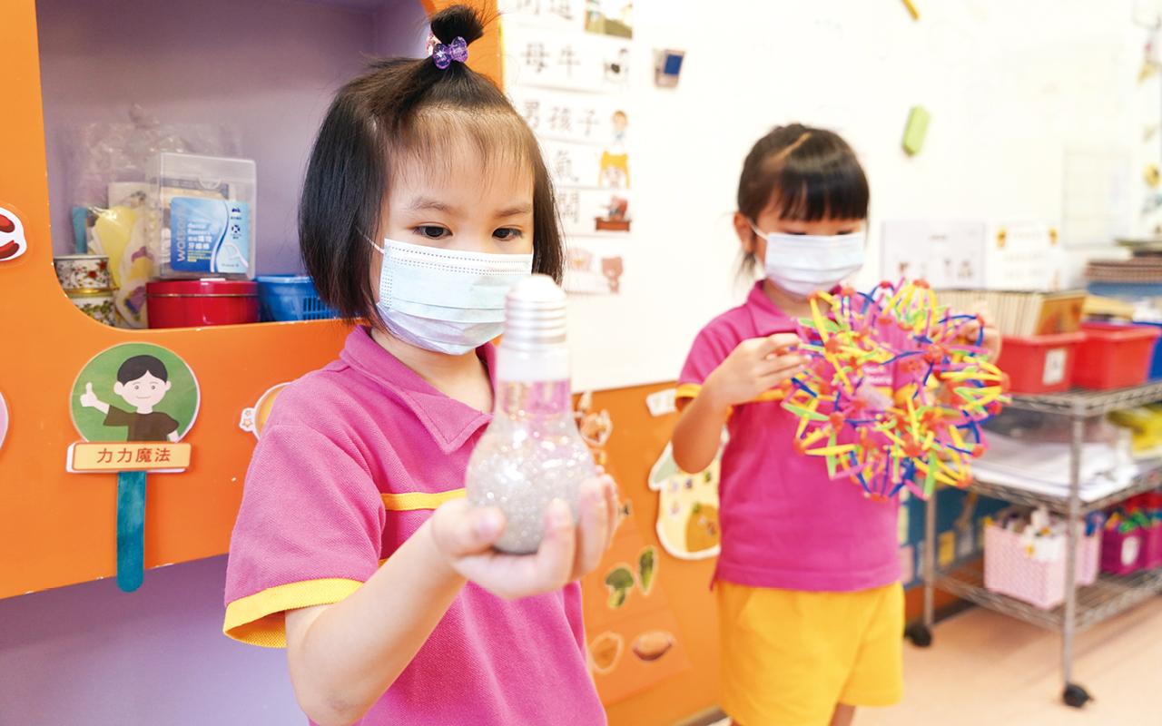 學校亦會提供靜心瓶,學生有需要時便可以搖晃瓶子,藉着凝視瓶裏的金粉,沉澱情緒。