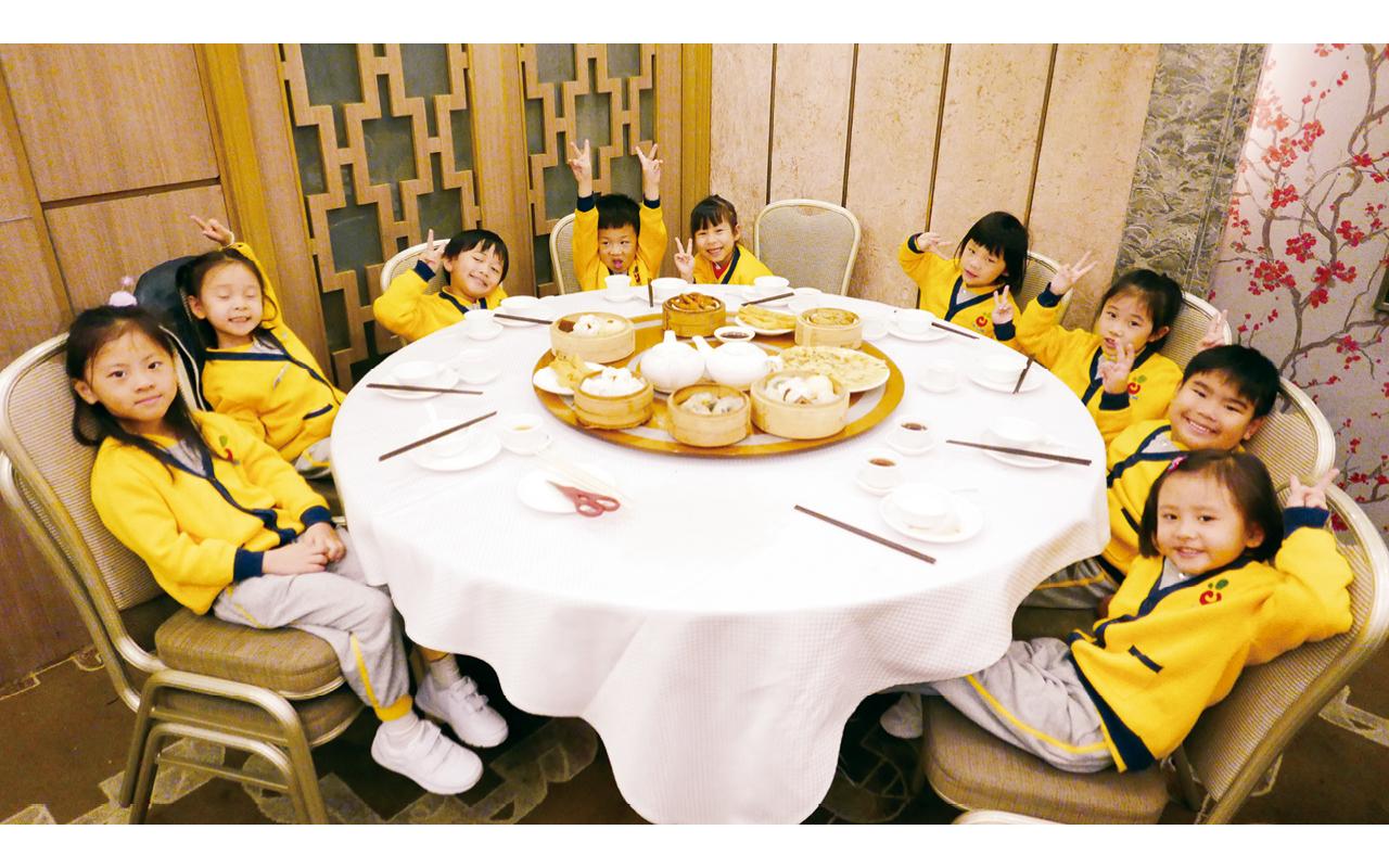 以「食物」主題為例,老師會帶領學童去真正的茶樓,由洗碗筷、點單、結帳都由他們親自完成,深化記憶的同時,亦能增加學童的成功感。