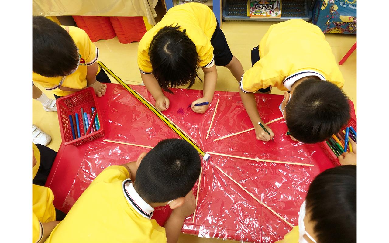 為了讓學童達至均衡發展,老師會記錄他們於區角遊戲的選擇,當發現學童過於偏重某一區角,會建議他們嘗試其他區角,希望孩子能做到動靜相宜。