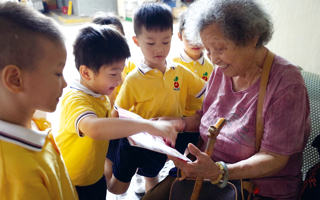 以往為孩子訂購午飯,有剩的也會捐贈給社區有需要的長者,希望略盡綿力,同時也是身體力行,向孩子展示對他人的關懷和愛。