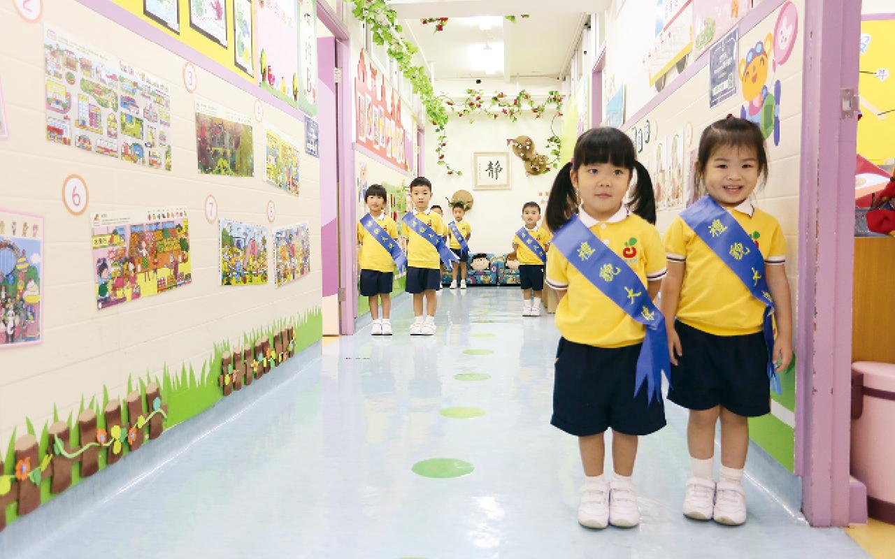 學校特意安排高班的學生擔任禮貌大使,每天上學時間與校長老師一起在學校門口迎接其他學生。