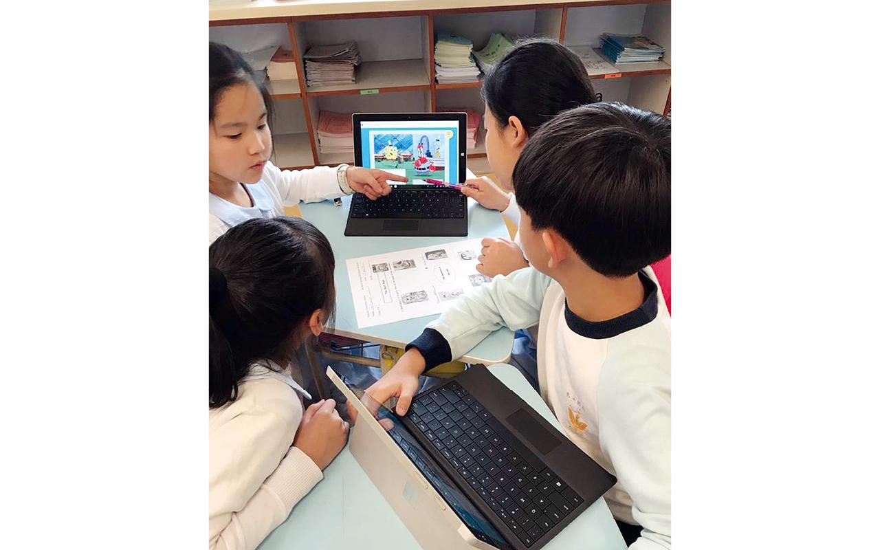 現時,二至六年級學生人全部自攜電子裝備上課,只需把電子書下載到電子裝置,即可使用。