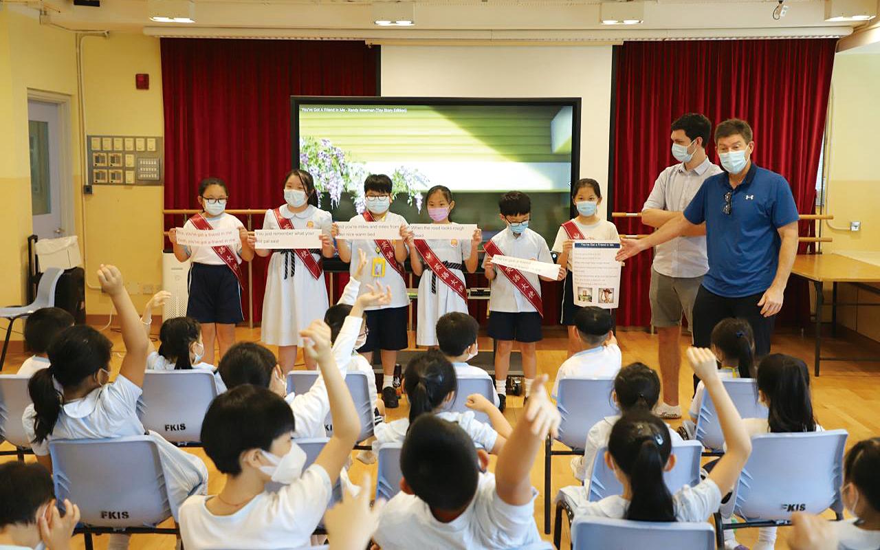 學校在英語課程設計上,採用以任務為本的教學法,強調真實性的教學任務與社會互動,促進學生在實際生活中的英語應用。