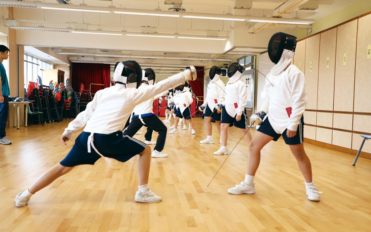 課堂以外,學校也安排了劍擊隊、小型網球隊等多元活動,照顧同學的興趣和技能發展。