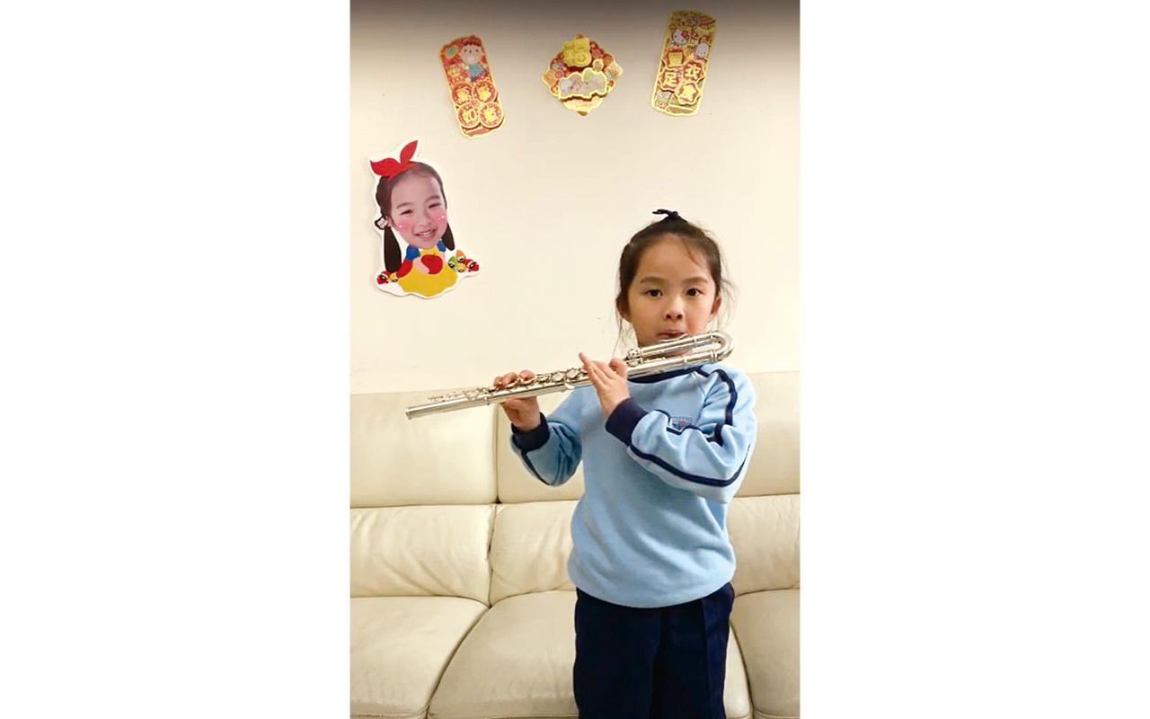 在Play Me活動表演長笛。