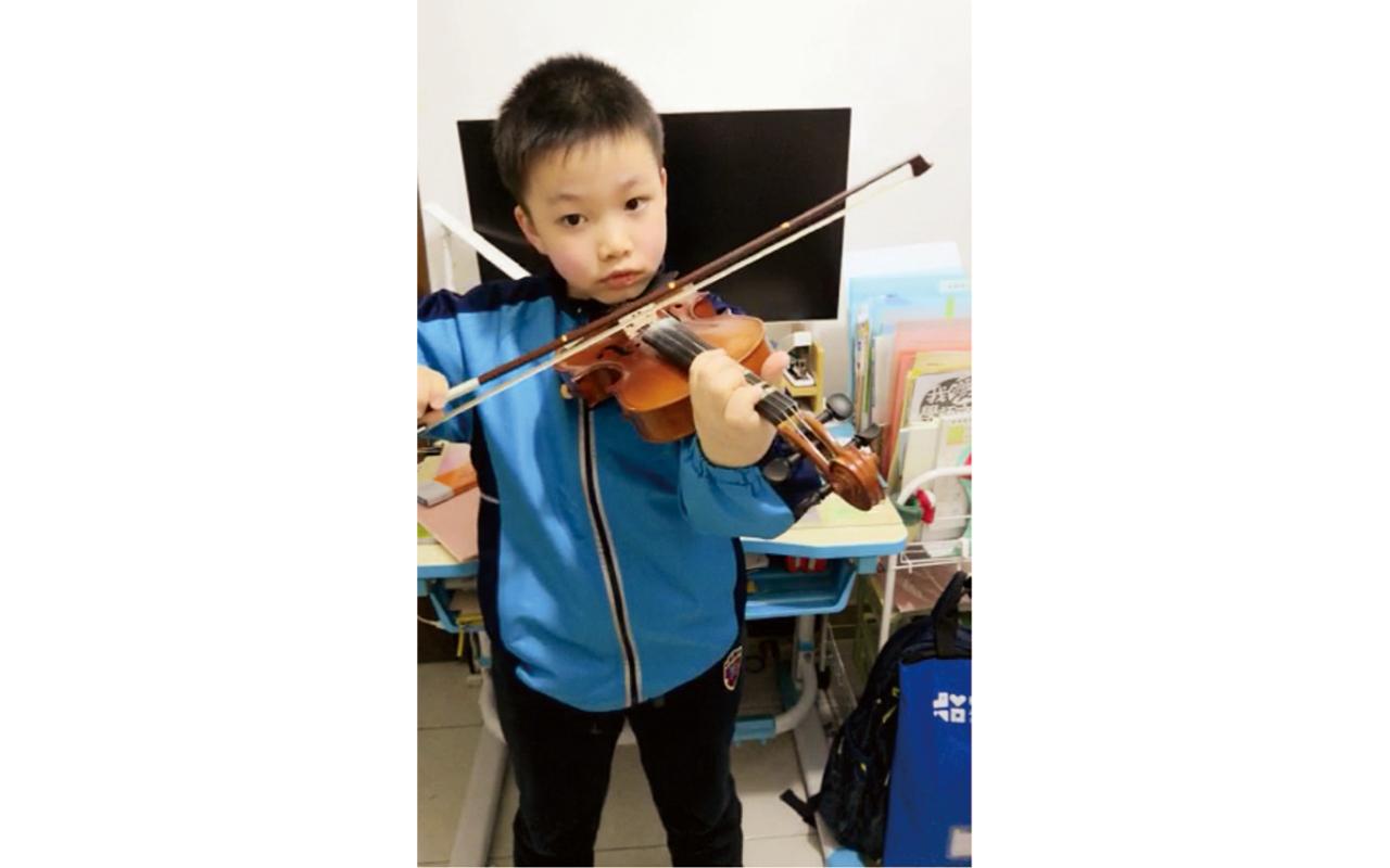 二望蔡立桐同學演奏小提琴,在校內有很多支持者。