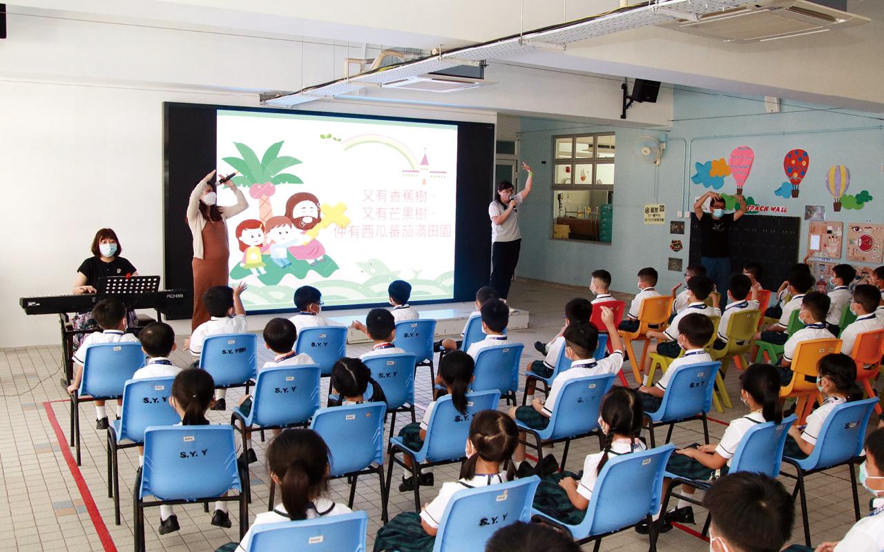 徐式怡校長表示,該校本年度為全校30個課室換上互動觸控數碼顯示屏,加上原有的自攜流動裝置政策,透過電子化方式記錄教學過程,學生不用再怕錯過黑板上的筆記,就連課堂上學習到的作曲、舞蹈等互動式學習歷程,亦可以利用拍攝功能帶回家重溫。