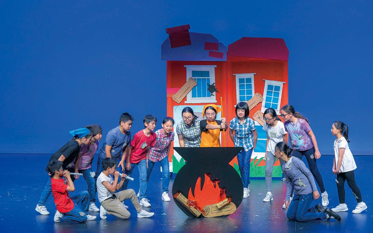 四至六年級,學校推動校本戲劇課程,學生每星期均有一堂能接觸英語戲劇,以互動的方式學習英語。