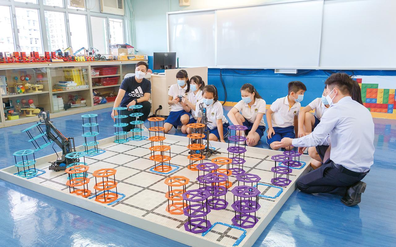 學校藉着申請近一百萬的優質教育基金,將原本的常識室改建為STEM Room,引入更多的創科創新元素及設施,給予學生與時並進的資源,協助他們的成長。