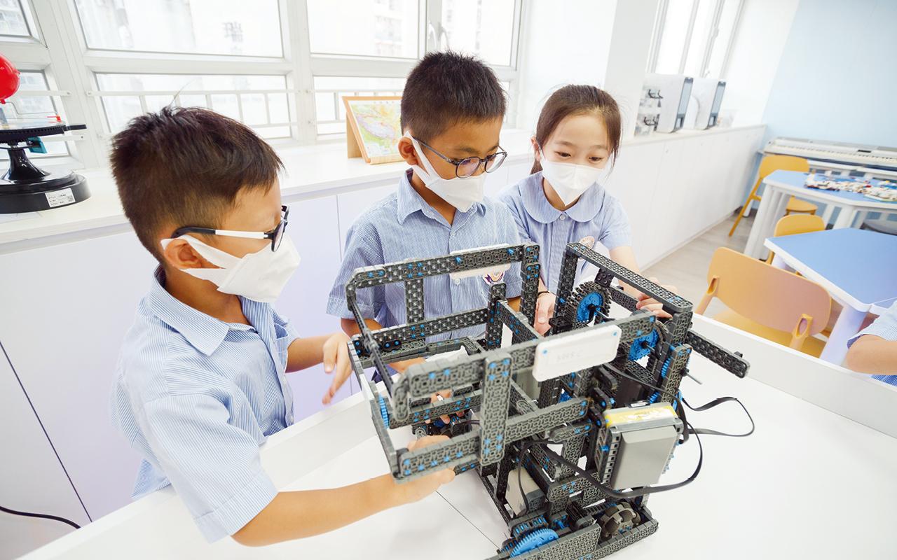 學校為了裝備學生迎接未來學習的挑戰,將STEM的教育元素完全融入常識科,讓學生每天都能親身經歷科學探究的樂趣,提供一個綜合運用各科知識和技能的機會,發展他們的多元智能。