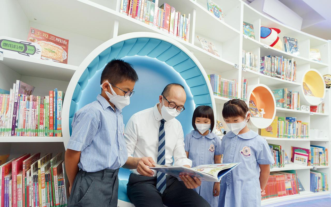 課堂以外,學生能夠在小息時間輪流到閱讀角,與外籍老師一起進行不同活動,增強日常英語的溝通能力。