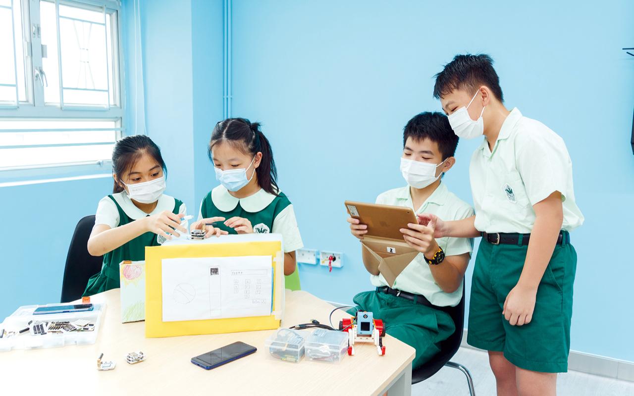 配合BYOD計劃,學校在本學年將以往電腦室的桌上電腦改為平板電腦,資訊科的課程上亦重新調整。
