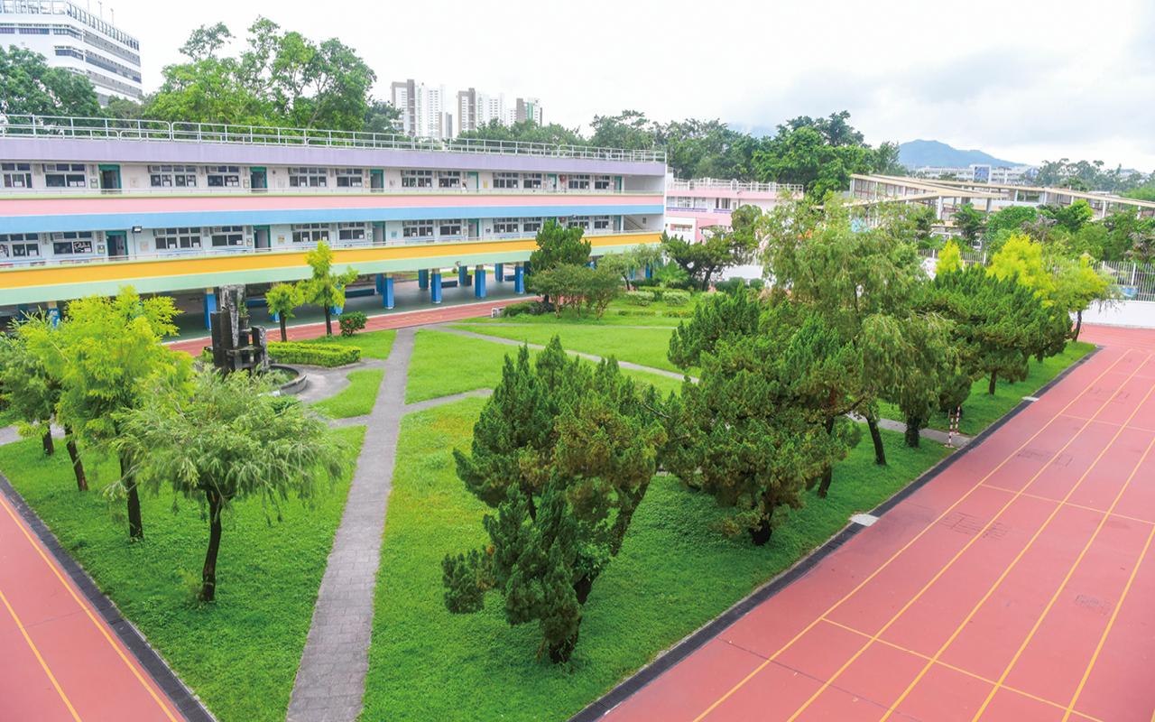 鳳溪第一小學以培育全人發展的學生為使命,得天獨厚的地理位置讓學生能夠在全港最優美廣闊的校園裏,舒適地享受優質的教育。