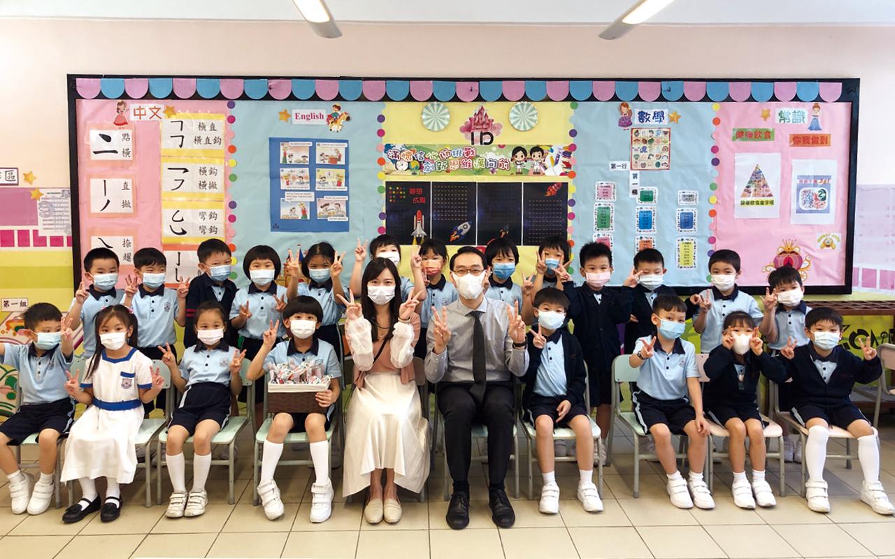 學校鼓勵學生在課堂上以英語交流。