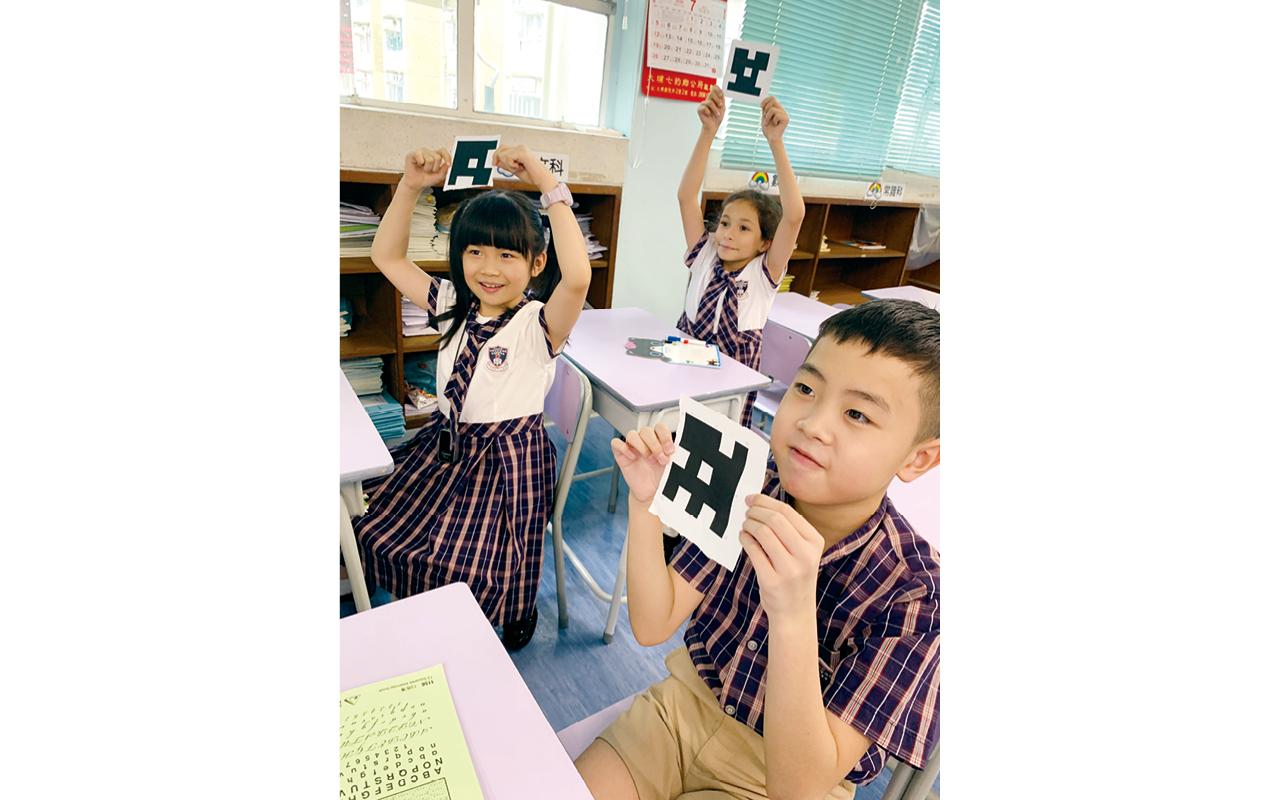 學生利用Plickers進行課堂小測,老師能作即時回饋。