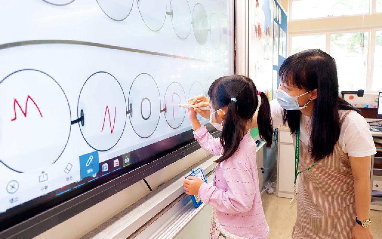 學校從小一開始透過主題式的課程統整及課外活動,由淺入深,帶領學生進行跨學科知識探究,培養他們創造、領導、協作等共通能力。