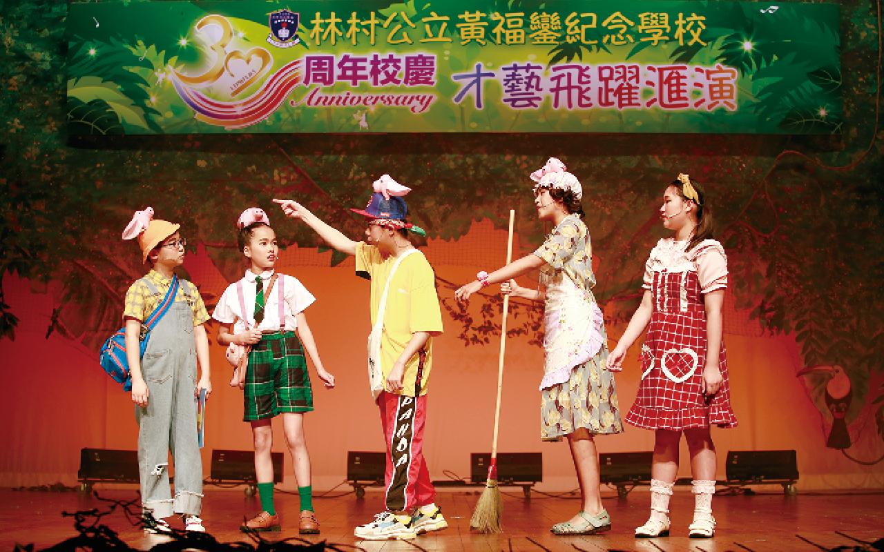 學校設立英語小劇場,學生在角色扮演之中,能朗讀英語,並提升英語閱讀理解能力。