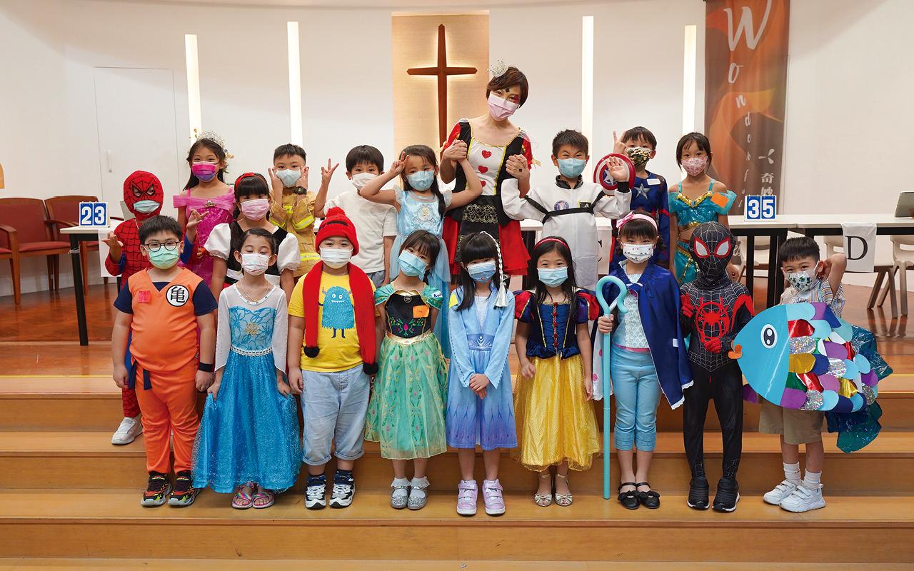 英語日,許校長(後排正中)、老師及同學們都扮演不同人物,大玩cosplay