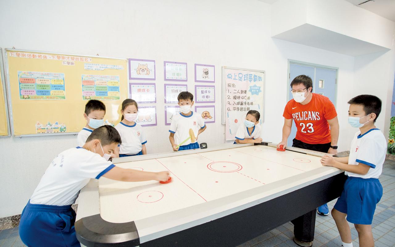 同學可選擇與老師玩桌上足球作為奬勵活動。