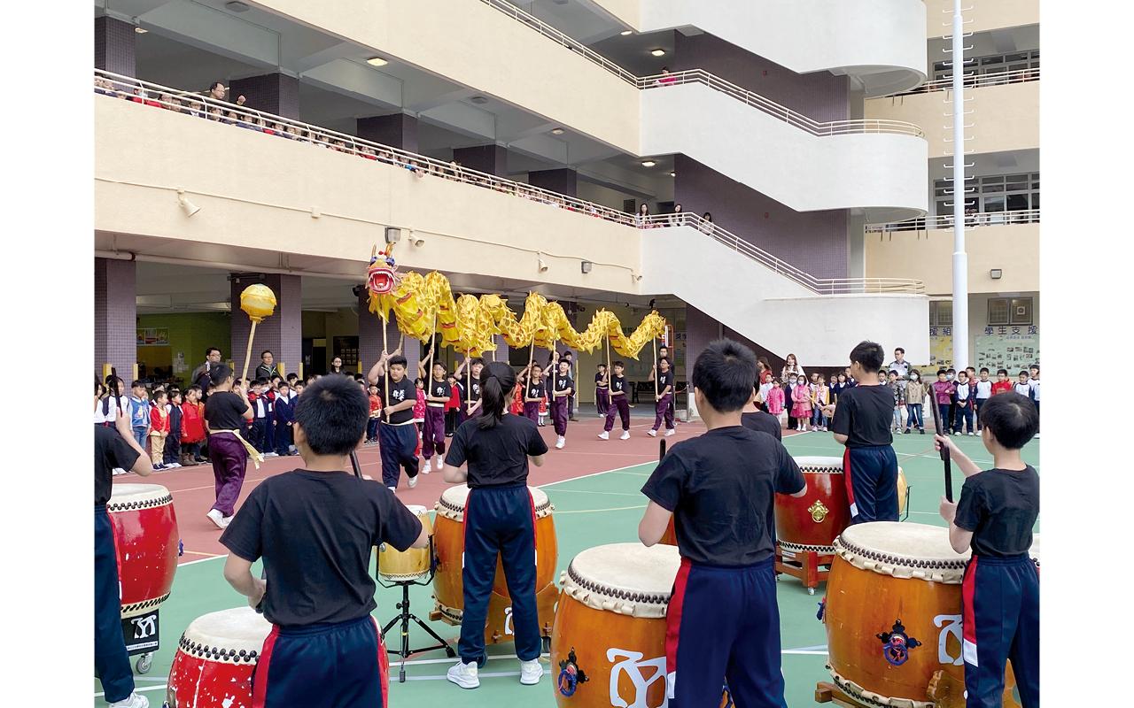 鼓隊及舞龍隊聯合表演是中華日的開幕節目。
