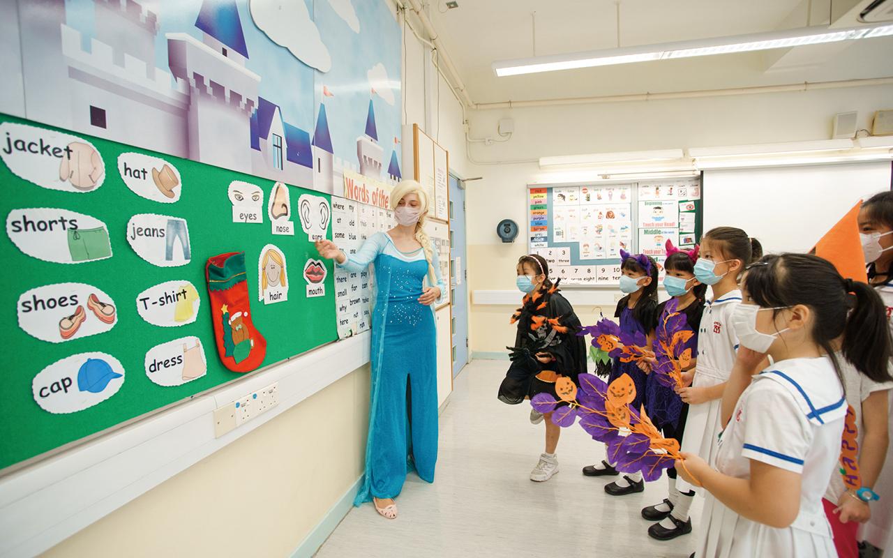 外籍英語老師扮演Elsa,和同學打成一片。