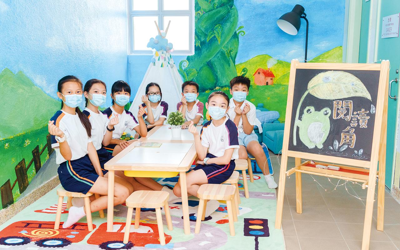 學校注重培育學生的閱讀興趣,由高小學生擔任伴讀大使,讓學生在舒適的環境下建立閱讀習慣。