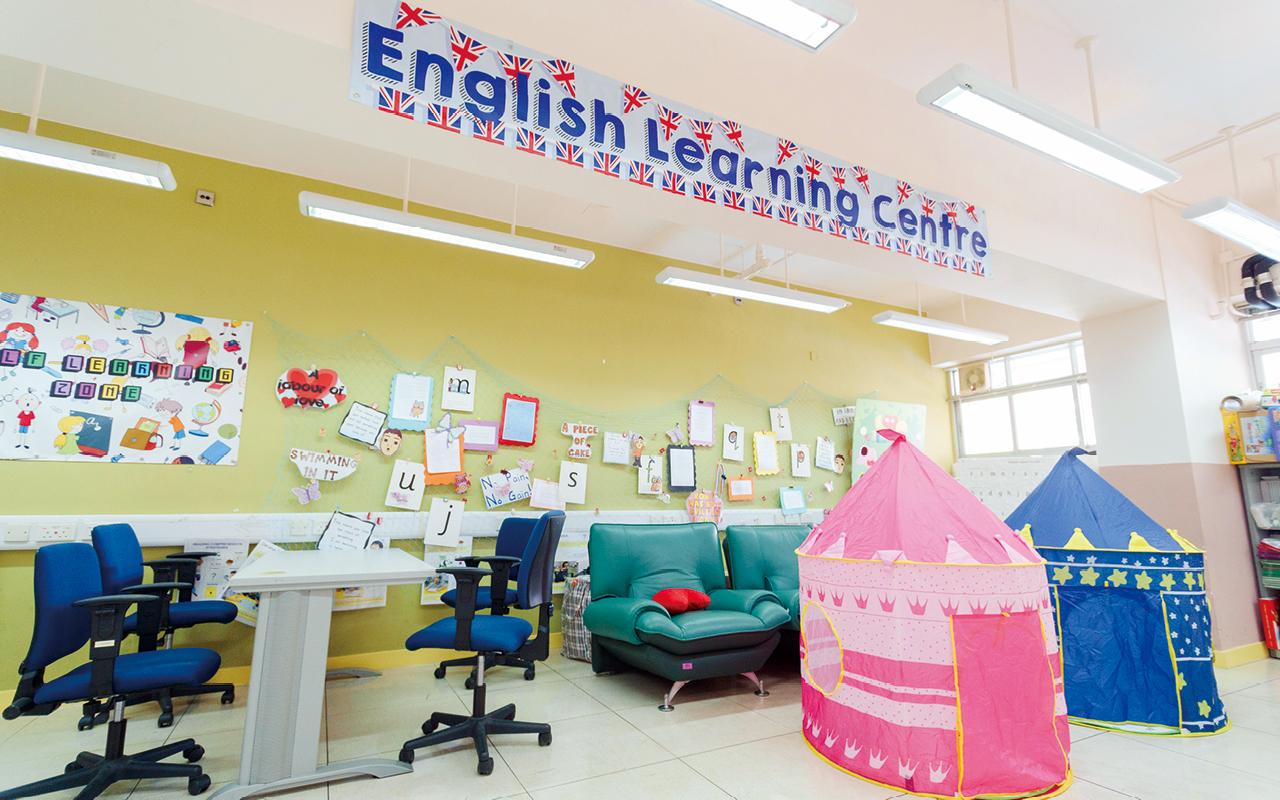 學校設有英語室,營造英語學習環境。