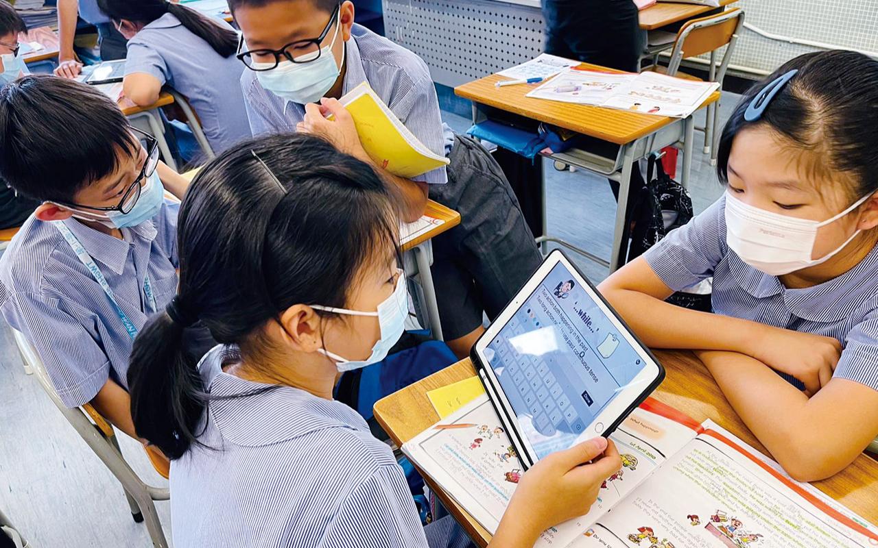 教學團隊利用Seesaw及RAZ KIDS電子學習平台,設計課文或故事朗讀任務,學生可以隨時隨地練習朗讀英文,提升流暢性外,更能建立對英文朗讀的自信心。