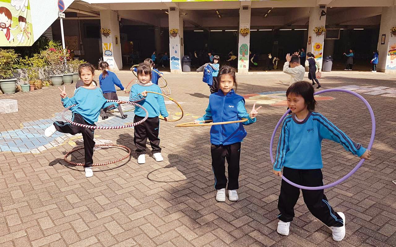每逢星期五(Easy Friday),學校都會安排了一個特長的小息,讓同學可以盡情參與球類或體育活動,舒展身心。