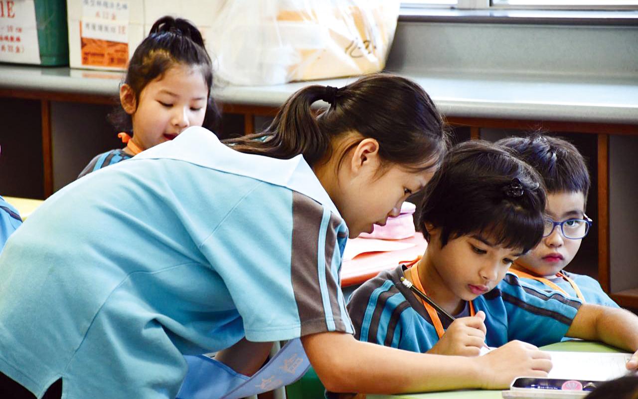 四至六年級的大哥哥大姐姐,亦會於小息、午膳及功課輔導堂時段陪伴及協助小一學生適應小學生活。