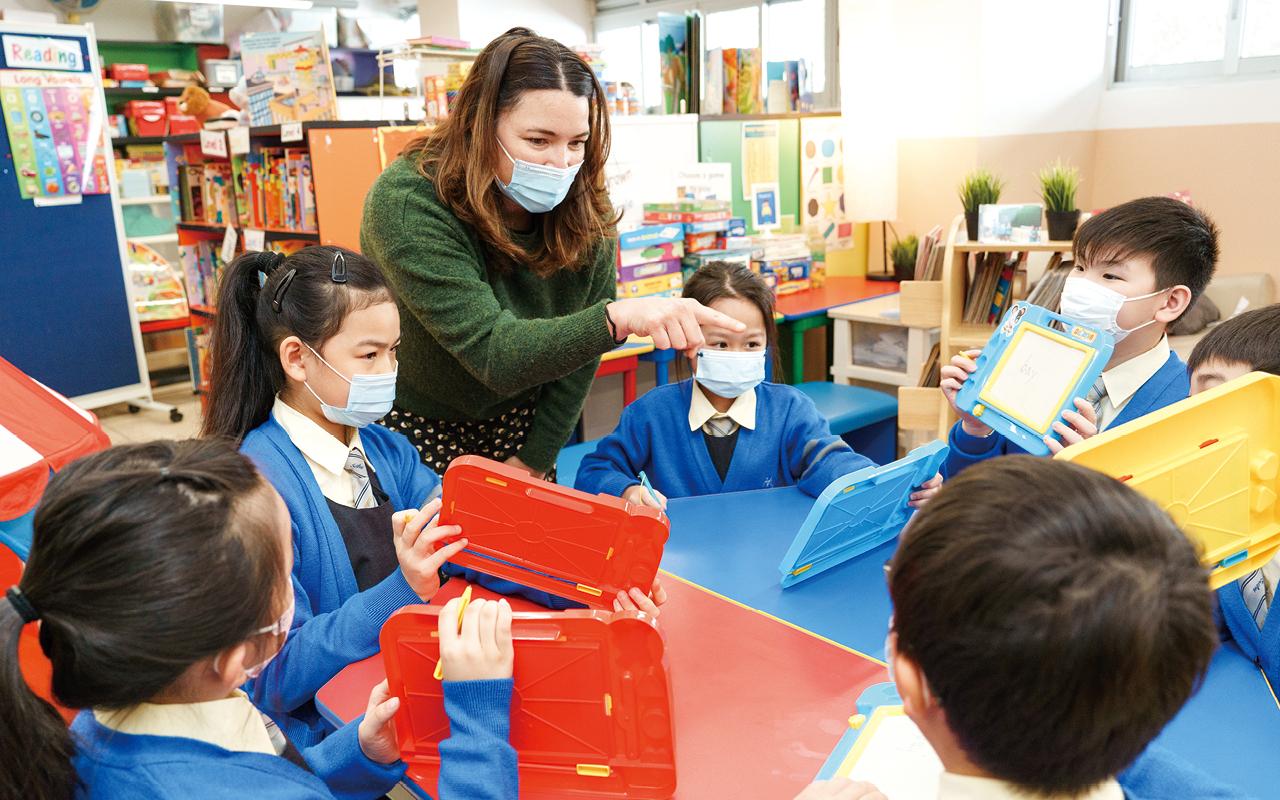 學校將周四定為英語日,當天英語大使會在小息主持遊戲,與兩名外籍老師合作,一起帶領同學以英語交流和溝通。