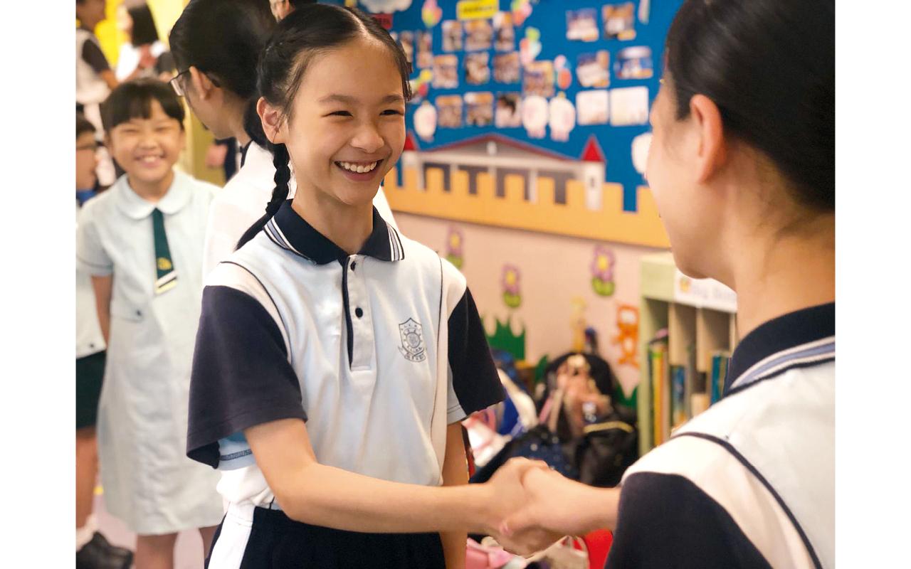 學校成立了「開心校園」的YouTube頻道,由校長親自主持,讓家長和學生能夠在家保持樂觀正面,一同面對「疫境」。