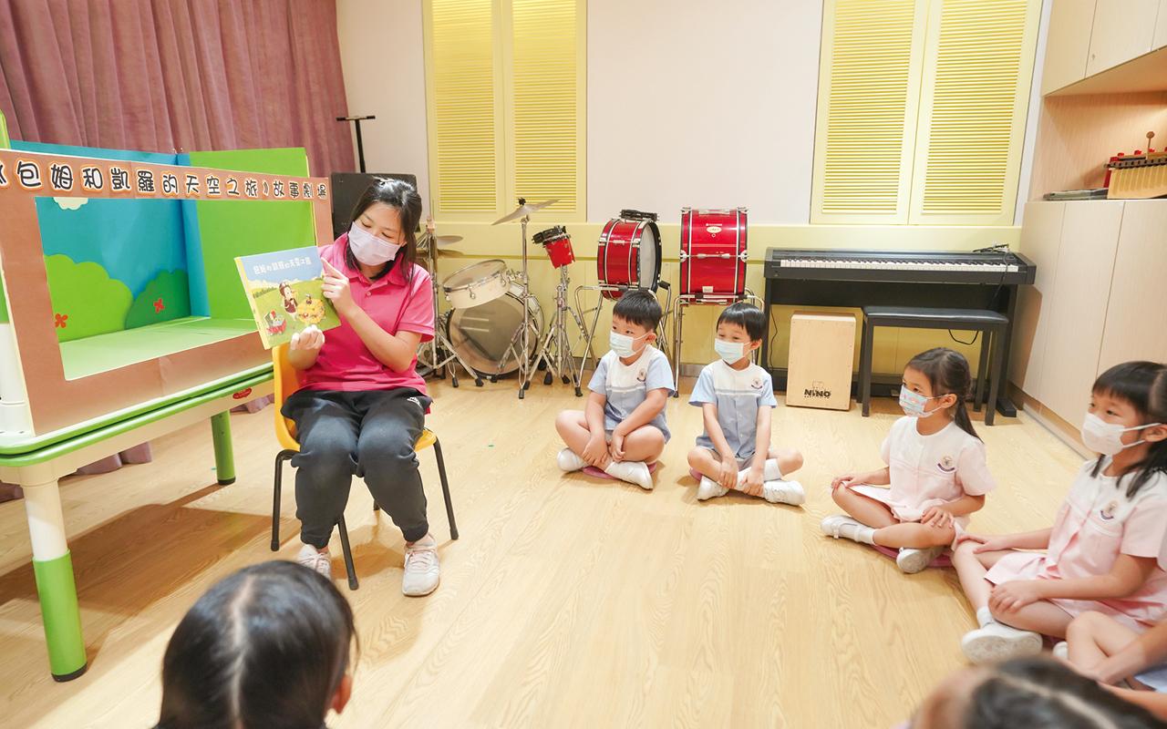 學校推動「德育課程」,藉由繪本故事滲入品德元素於活動中。