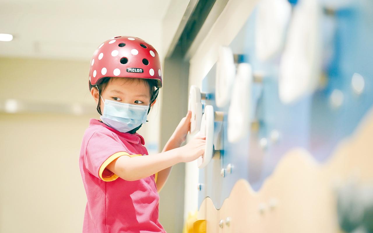 學校透過多元化的體能活動,幫助不同年齡階段的幼兒發展強壯的體魄。