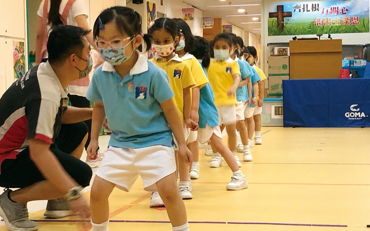 學校參與「跳繩強心計劃」,讓學童學習 跳繩和花式跳繩,加強他們的身體協調能力。