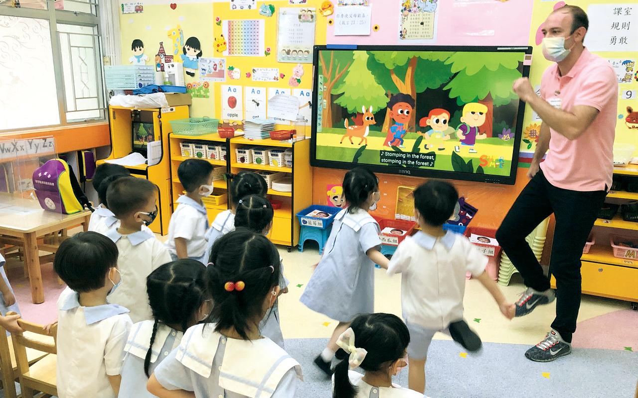 校園內充滿沉浸式英語閱讀及遊戲學習體驗。