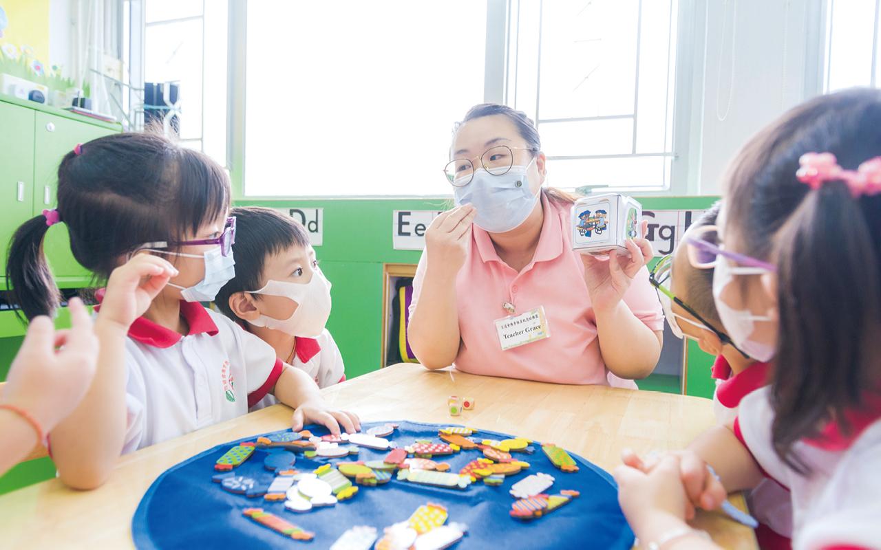 外籍英語老師和兩名本地英語老師,透過大量英語活動,為學生的英語發展奠定穩固的基礎,亦幫助他們順利銜接小學的學習。