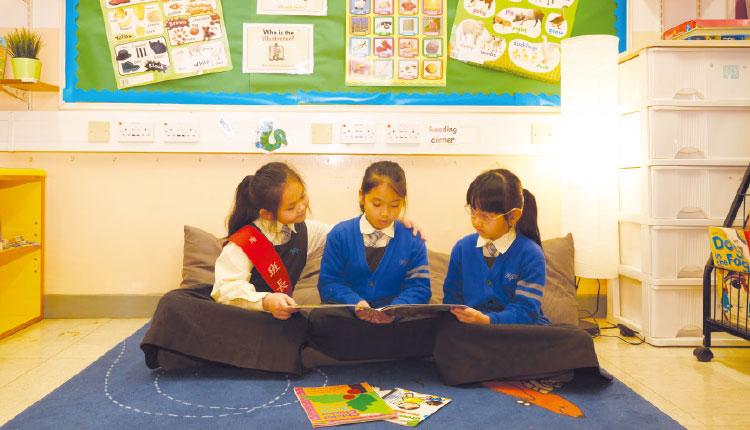 基督教聖約教會堅樂小學:同學在閱讀角靜心看書。