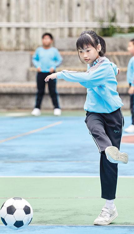 基督教聖約教會堅樂小學:學生在課堂時間外踢球,做運動鍛煉身體。