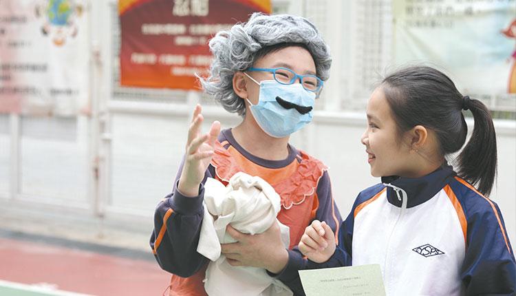 教育傳媒:學生以小組形式拍攝幽默故事。
