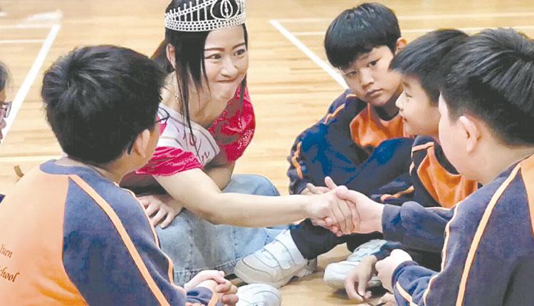 教育傳媒:林秋霞與學生互動。